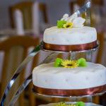 Tort weselny w stylu angielskim z brązowymi wstążkami