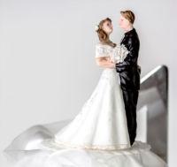 Tort weselny w stylu angielskim z czarnymi wstążkami