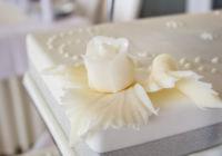 Tort weselny prostokątny 3-piętrowy pokryty marcepanem